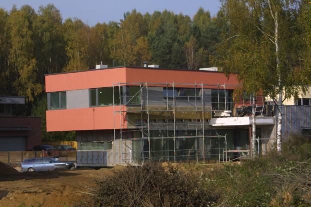 Kombinuotas fasadas: dalis fasado šiame pastate yra ventiliuojamo tipo, o kita dalis - neventiliuojamo.